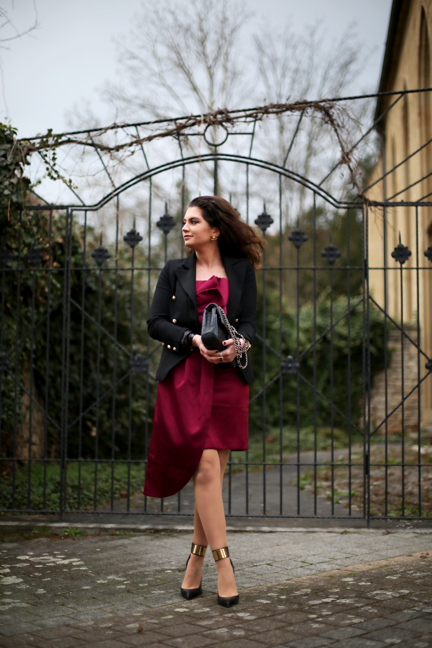 outfit-black-blazer-chanel-bag-red-dress