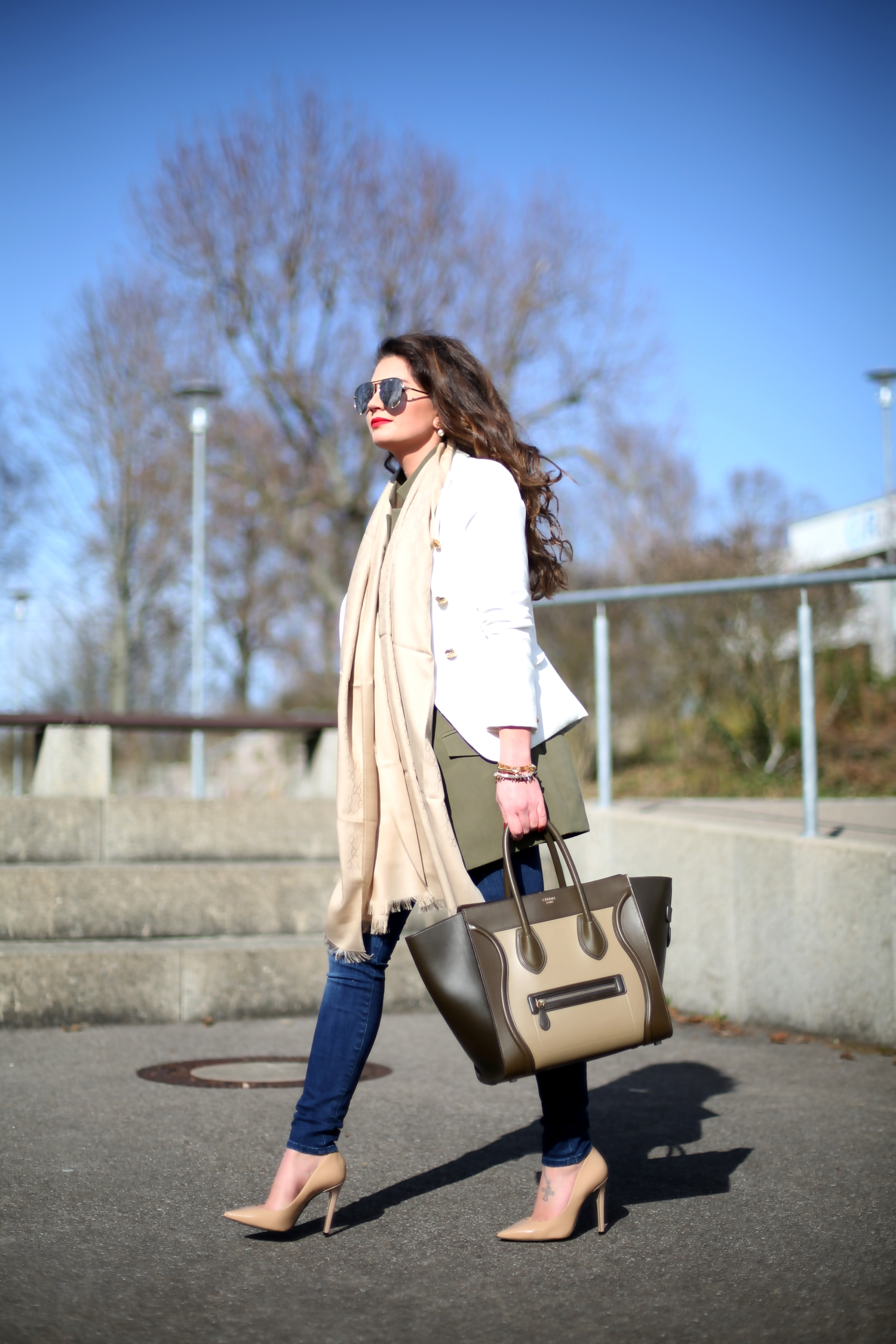 outfit-celine-luggage-bag-white-marine-blazer-buffalo-sarenza-pumps