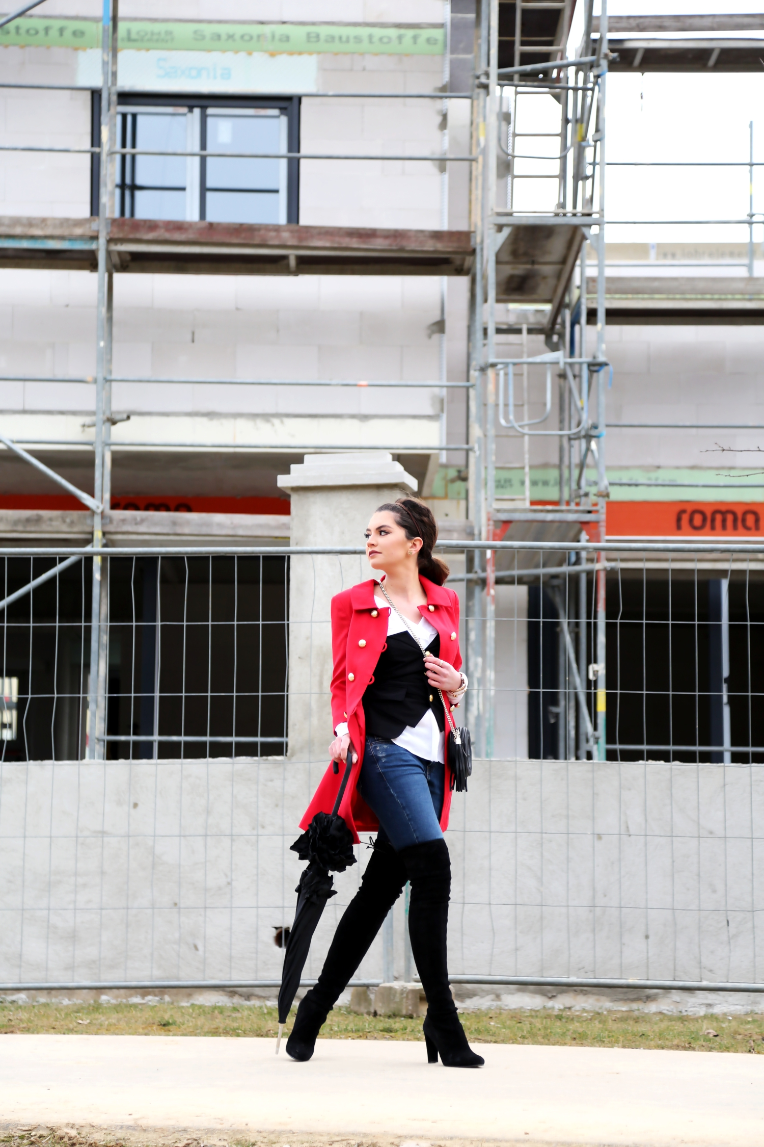outfit-denim-overknees-red-military-coat-housbuilding
