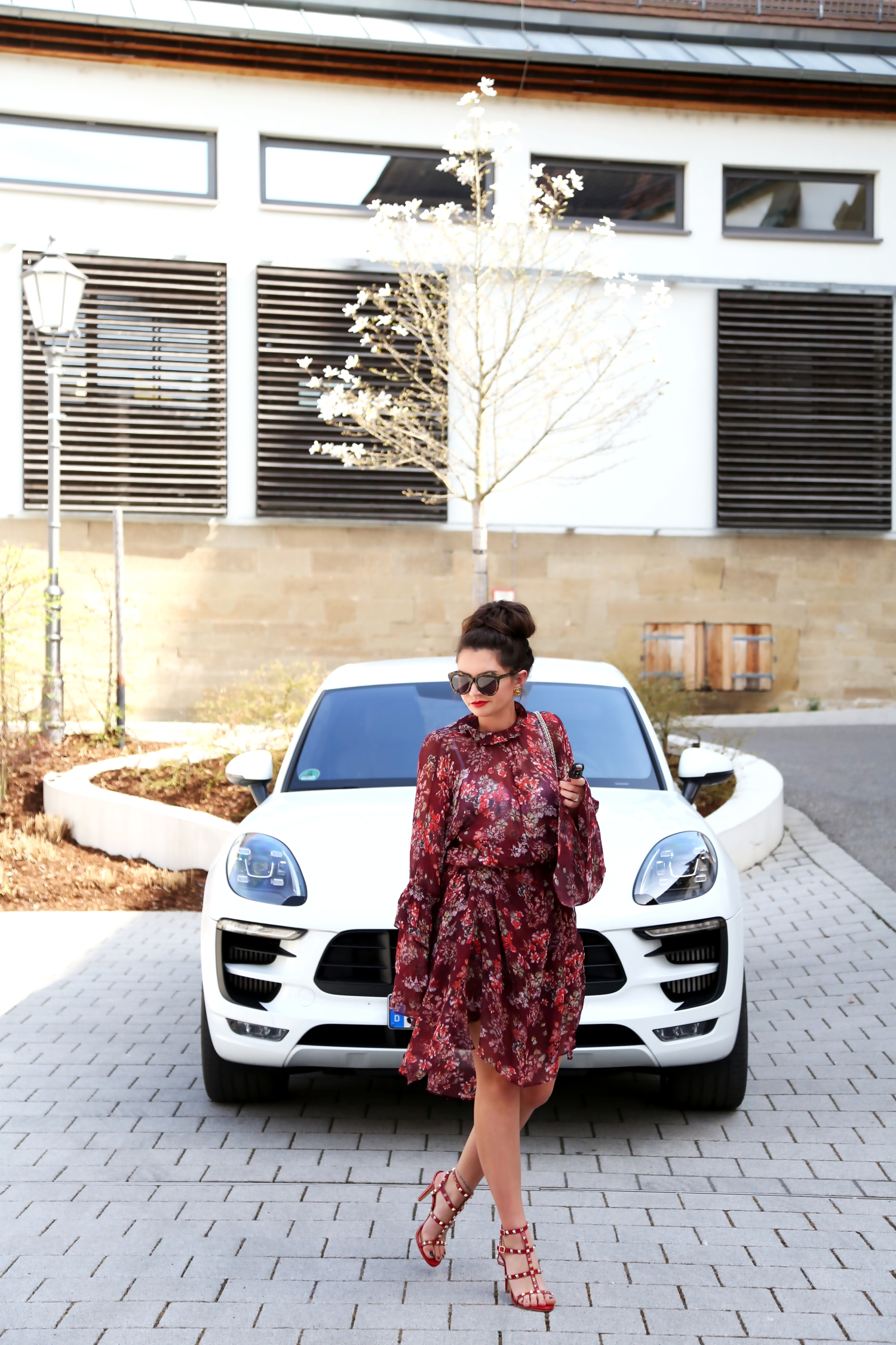 outfit-fashionblogger-spring-look-iro-dress-red-macan-white-porsche-weiß