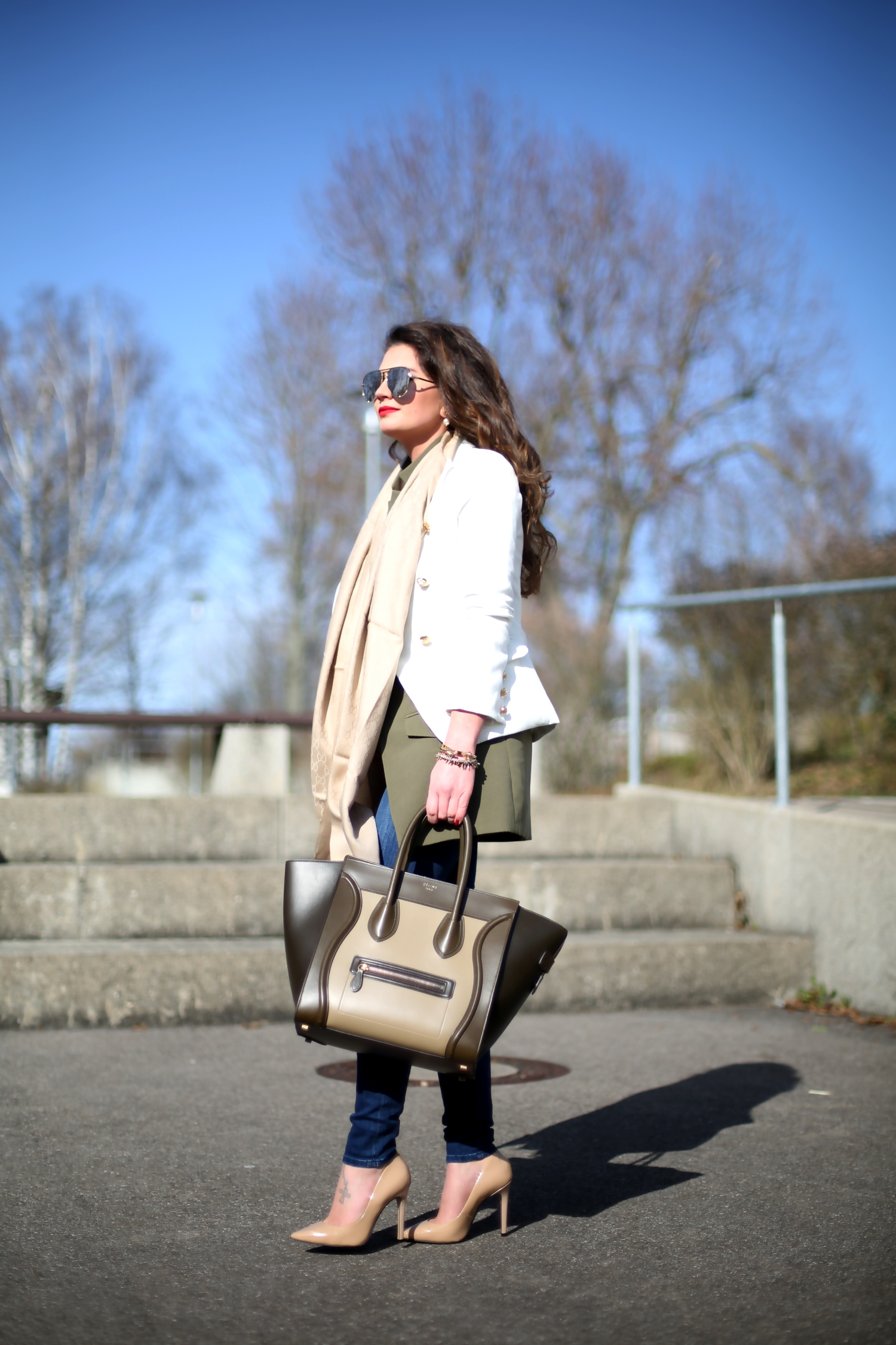 outfit-marine-blazer-celine.luggage-bag-buffalo-pumps
